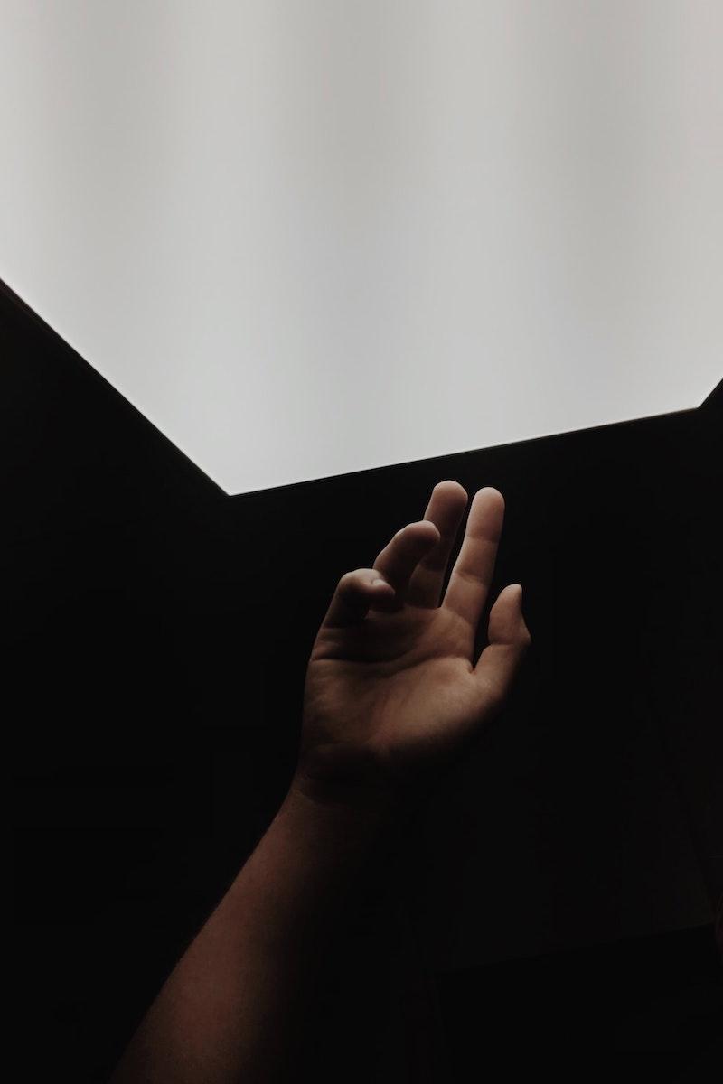 Main sur fond noir et blanc