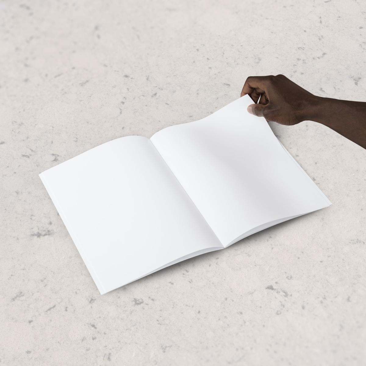 Main d'homme Noir et cahier blanc