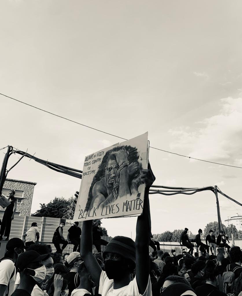 Homme tenant une affiche black lives matter