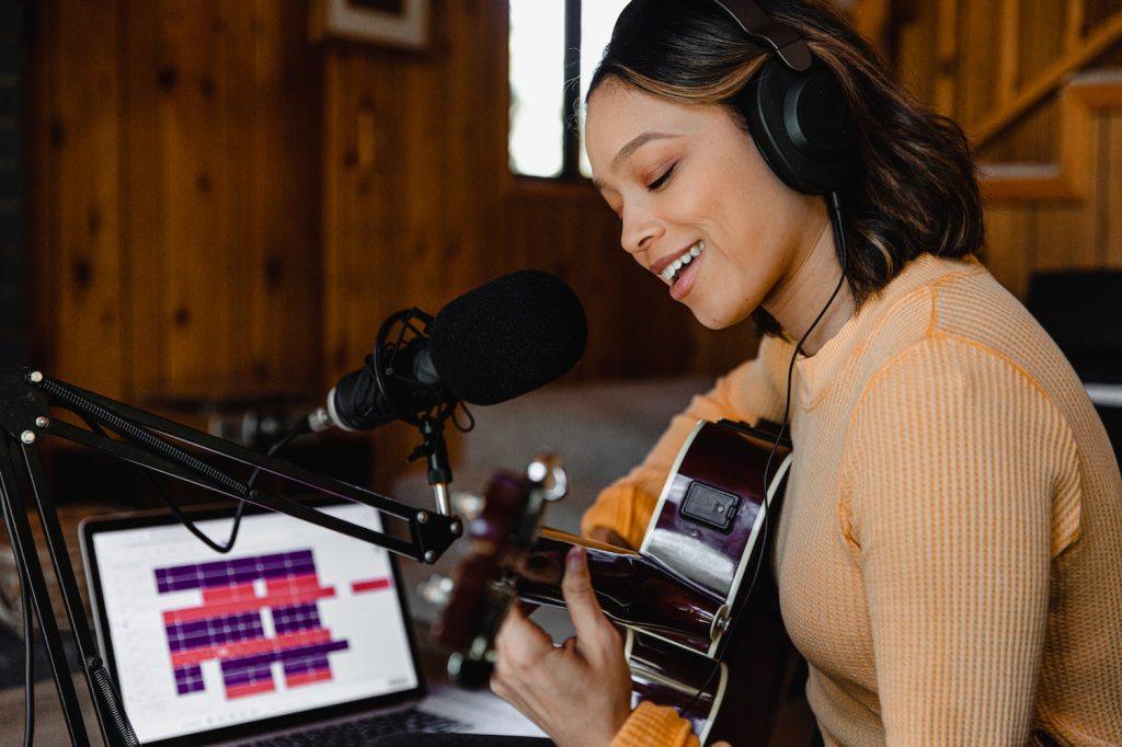 Photo d'une femme jouant de la musique à un micro